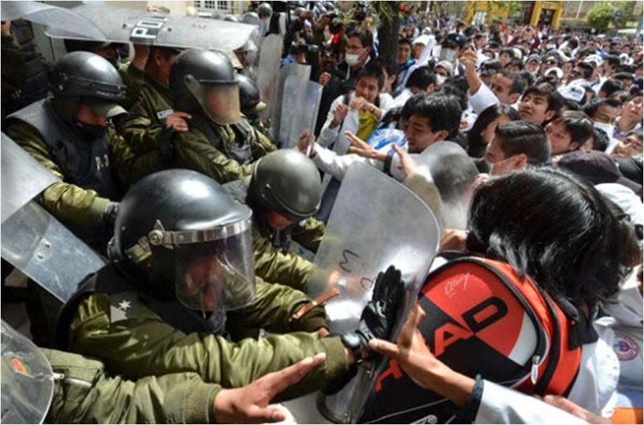 Brutal represión causó 16 heridos