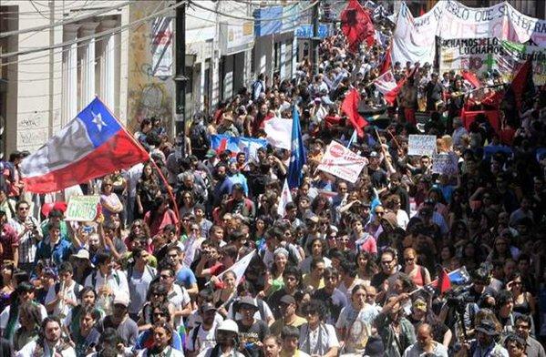 100000 estudiantes en chile vuelven a llenar las calles exigiendo educación pública gratuita