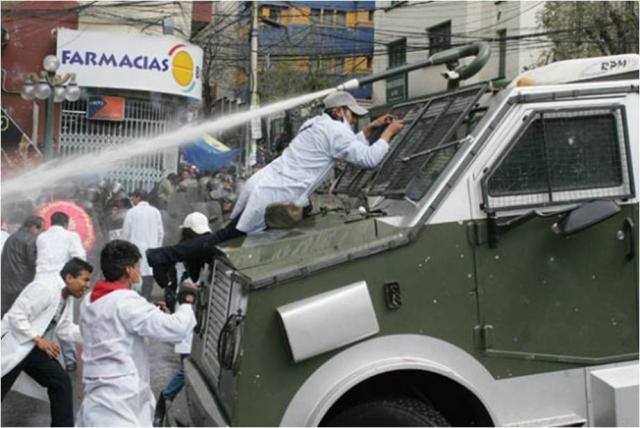 Huelga general en Bolivia: Estudiantes de medicina enfrentan a la policía