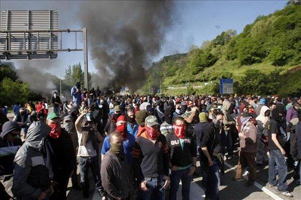 Estado Español: Los mineros cortan todas las rutas del norte, Asturias y León, enfrentan a la policía.