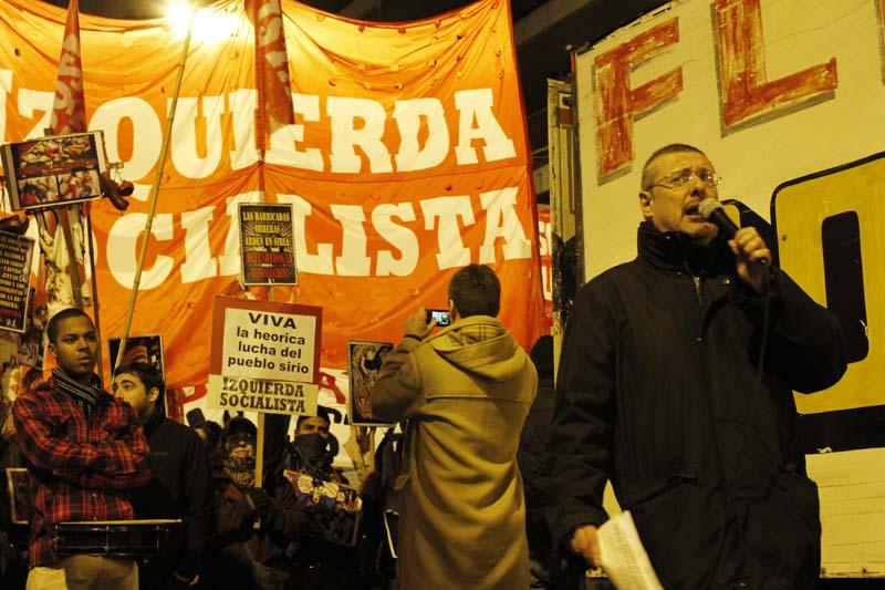 Argentina: José Castillo haciendo uso de la palabra, detrás, la columna de Izquierda Socialista (UIT-CI)