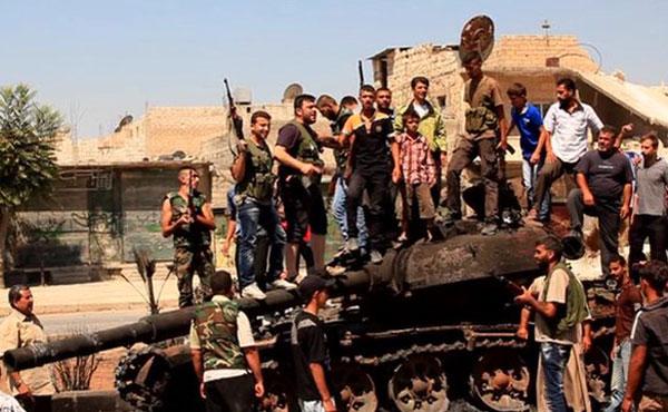Siria: soldados rebeldes festejan tras haber destruido un tanque de las fuerzas del régimen en Aleppo