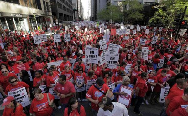 Docentes de las Escuelas Públicas de Chicago iniciaron un paro, el primero en cuarenta años, para exigir mejoras salariales, un mejor sistema de evaluación y mayor seguridad de empleo.