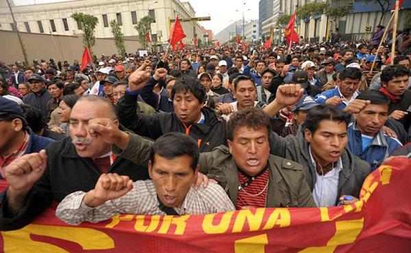 El Sindicato Unitario de Trabajadores en la Educación del Perú (Sutep) inició este miércoles una huelga nacional indefinida para exigir al Gobierno del presidente Ollanta Humala que cumpla con su promesa de aumentarle el sueldo a los maestros.