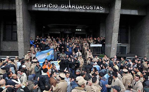 La huelga de gendarmes y prefectos, en Argentina, por reclamos salariales, y el apoyo a sus reclamos y al derecho a formar sindicatos realizada por Izquierda Socialista, entre otras organizaciones, ha generado una nueva polémica en la izquierda marxista.