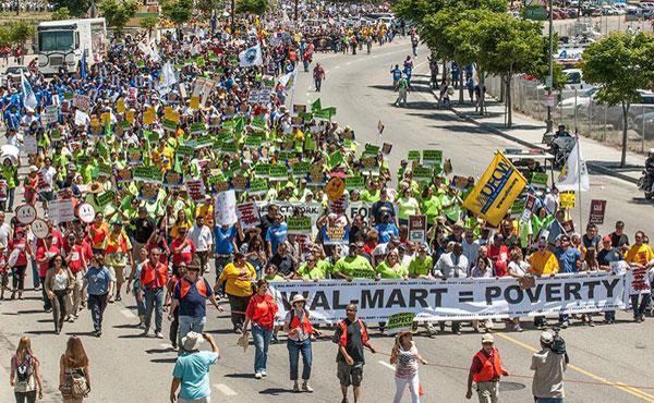 """Trabajadores de Walmart llevaron adelante una huelga histórica en el """"black friday""""."""