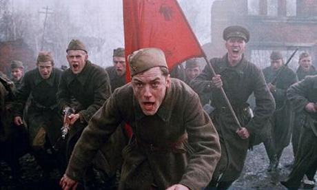 """La película """"Enemigo al acecho"""" muestra la brutalidad de los oficiales soviéticos, que asesinaban a mansalva a quien dudara en el avance, pero también el heroísmo de militares y civiles que permitió la victoria."""