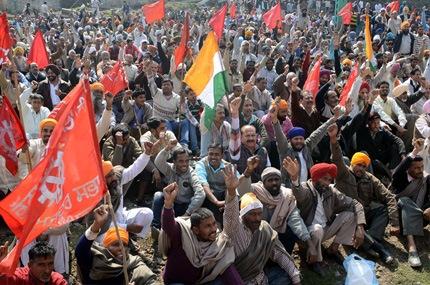 Los mayores disturbios se registraron en la ciudad industrial de Noida, cerca de Nueva Delhi, donde durante el primer día del paro más de 70 personas fueron detenidas