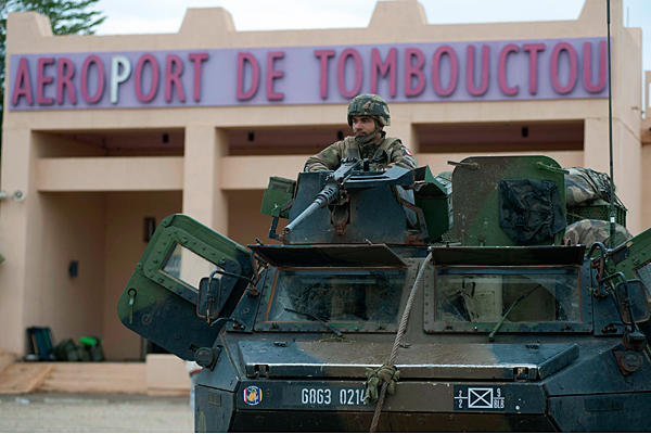 Tropas imperialistas francesas patrullando las calles de Mali