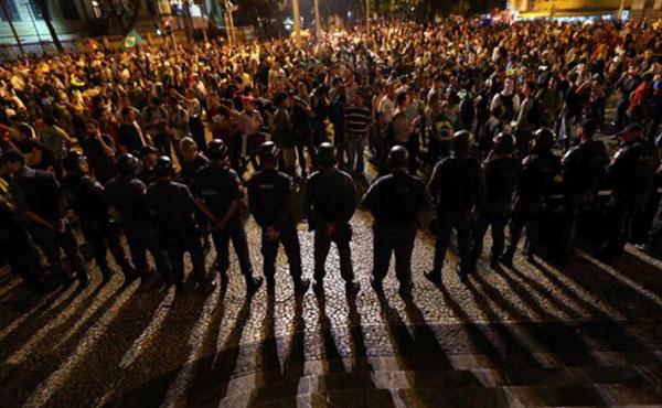 Protestas en Bello Horizonte el 26-6-2013 frente al estadio Mineirao