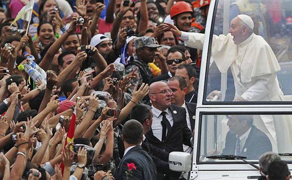El Papa visita un Brasil convulsionado
