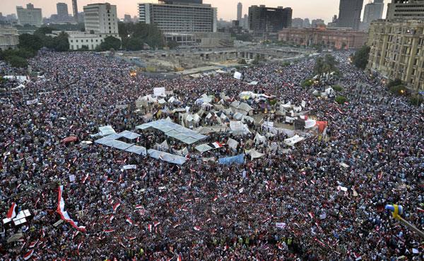 Miles de personas están desde hace días en la Plaza Tahir exigiendo la renuncia del presidente Mursi, de la Hermandad Musulmana.