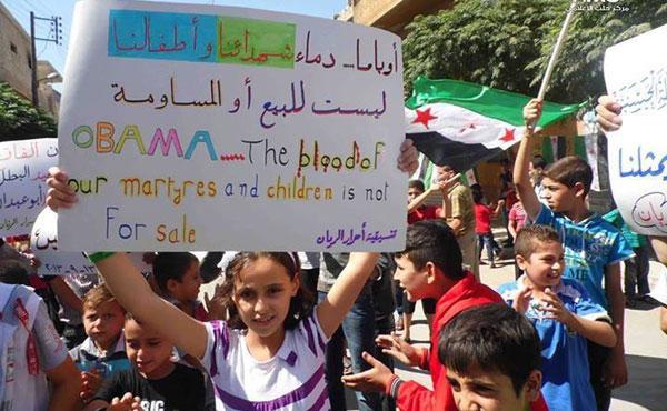 """La pancarta dice: """"Obama, la sangre de nuestros mártires y nuestros niños no está en venta"""" y es de una manifestación en Siria el 13-9-2013"""