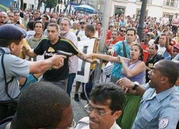 Un efectivo de la Policía Militar empuña un arma letal contra los profesores de Rio de Janeiro en huelga