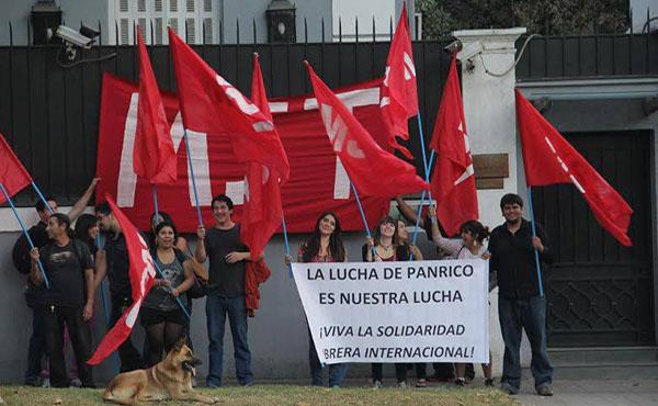 Apoyando a la combativa huelga de Panrico en Barcelona, manifestándonos en la Embajada de España