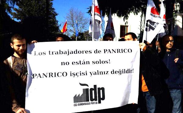 Los compañeros turcos del Partido de Democracia Obrera apoyan a los trabajadores de Panrico delante del consulado de España en Estambul.