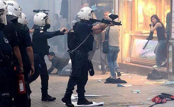 La policía antidisturbios de Erdogan arremetió contra los manifestantes