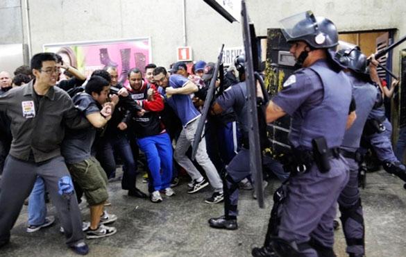 En la estación de Ana Rosa los trabajadores del metro y los manifestantes, que estaban prestando apoyo a la huelga, fueron recibidos con bombas y porras. El saldo fue de varios heridos y detenidos.
