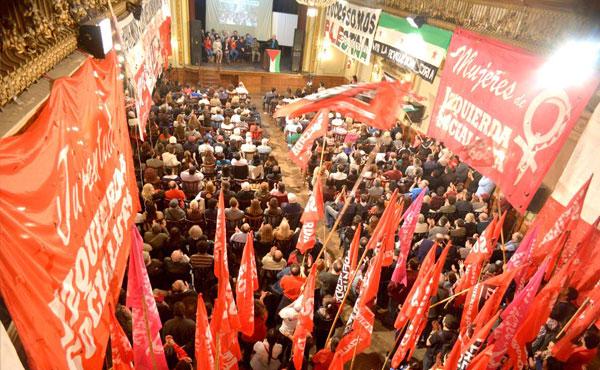 La Juventud de Izquierda Socialista le puso calor al acto con las banderas, bombos y cánticos.