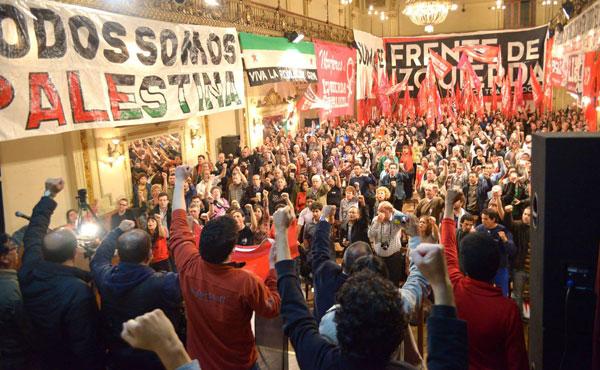 """Con el puño izquierdo en alto, todos los presentes entonaron el himno internacional de los trabajadores """"La Internacional"""""""