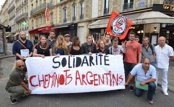 Compañeros del GSI (Grupo Socialista Internacionalista) ante la embajada de Argentina en Paris en solidaridad con los ferroviarios argentinos