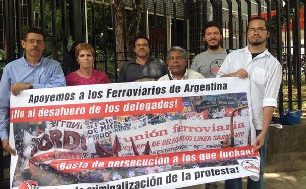 En embajada argentina en Venezuela rechazando desafuero a ferroviarios argentinos