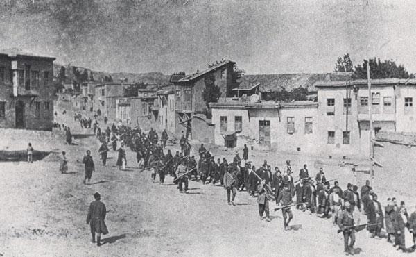 1915: armenios en la ciudad turca de Urfa, cercana a la frontera con Siria,  camino al exilio y las masacres