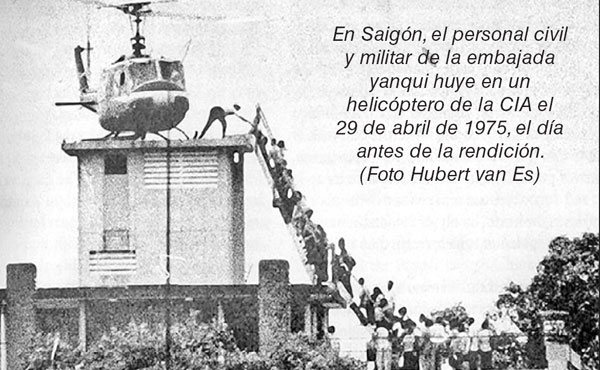 En Saigón, el personal civil y militar de la embajada yanqui huye en un helicóptero de la CIA el 29 de abril de 1975, el día antes de la rendición. (Foto Hubert van Es)