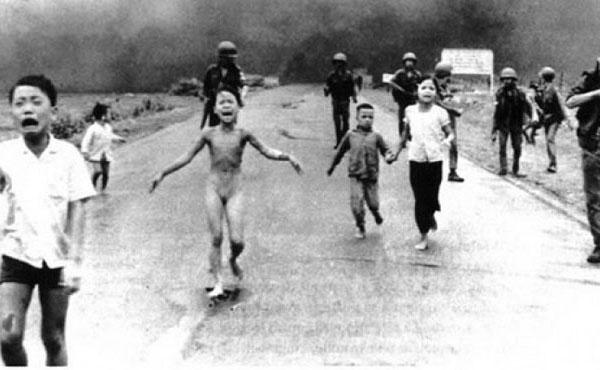 Kim Phuc, la niña que fue salvada por el mismo fotógrafo (Nick Ut ) que tomó esa fotografía. 1972