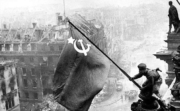 Un soldado soviético levanta la bandera roja en Berlín
