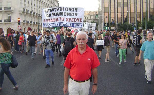 Miguel Sorans (Izquierda Socialista-UIT-CI) cuando entraba la columna de Adedy, la Confederación Sindical de Empleados Públicos y Maestros.