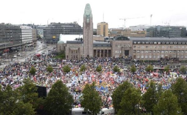 Protesta contra los recortes anunciados por el Gobierno, este viernes en Helsinki (Finlandia). / HEIKKI SAUKKOMAA (AP)