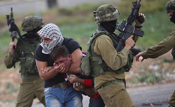 El ejército sionista infiltra agentes entre los manifestantes para detenerlos, golpearlos y dispararles.