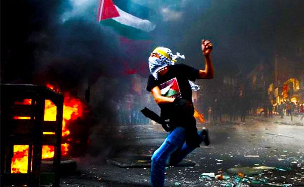 El descontento entre los palestinos viene en aumento. Se han producido ataques individuales de palestinos contra israelíes, varios de ellos con simples cuchillos. Y las movilizaciones arrojando piedras.