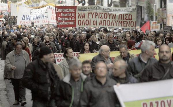 La confederación de sindicatos del sector privado de Grecia, GSEE, convocó ayer una huelga general de 24 horas para el próximo 12 de noviembre en protesta contra las medidas acordadas con los acreedores, que prevén la liberalización del mercado laboral a cambio de los fondos del tercer recate.