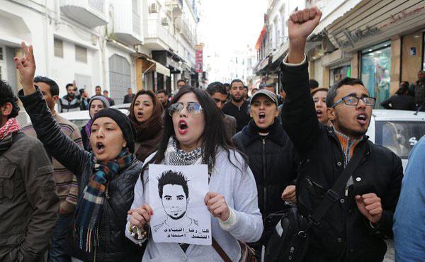 Nosotros, desde distintos lugares del mundo expresamos nuestra solidaridad incondicional con la lucha de los trabajadores y el pueblo tunecino, en especial de la juventud y los desocupados. Apoyamos sus reclamos por trabajo, libertad y una vida digna. Reclamamos que cese el estado de excepción y toda forma de represión y de criminalización de la protesta.