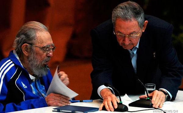 Fidel y Raúl  Castro  en la clausura  del VII Congreso del Partido  Comunista Cubano