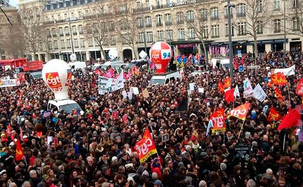 """Las huelgas y movilizaciones contra el intento del gobierno """"socialista"""" de Hollande de destruir la legislación laboral, con la nueva ley de trabajo """"ley El Khomri"""", siguen creciendo y mantienen una popularidad del 70%."""