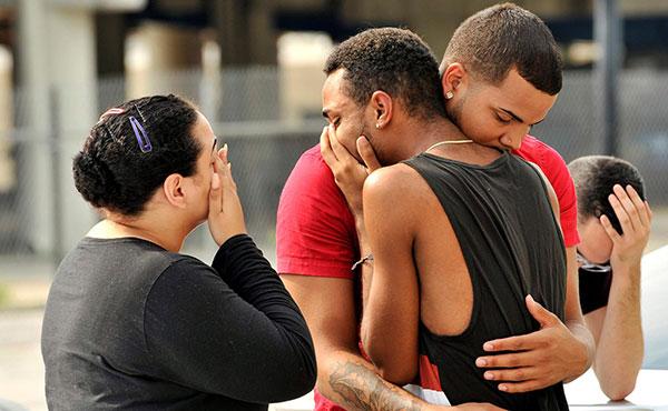 """En la madrugada del domingo, 12 de junio, un hombre con armas de fuego irrumpió en el club nocturno """"Pulse"""", frecuentado por sectores de la comunidad gay y arremetió a tiros contra la multitud, asesinando a cuarenta y nueve personas e hiriendo a más de cincuenta."""