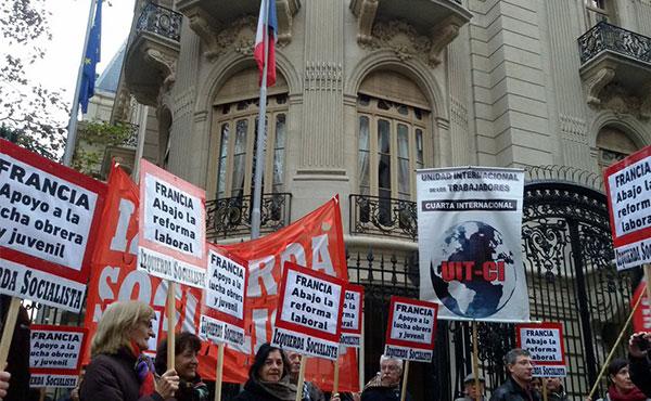 Izquierda Socialista hizo un acto frente a la embajda francesa en Argentina.