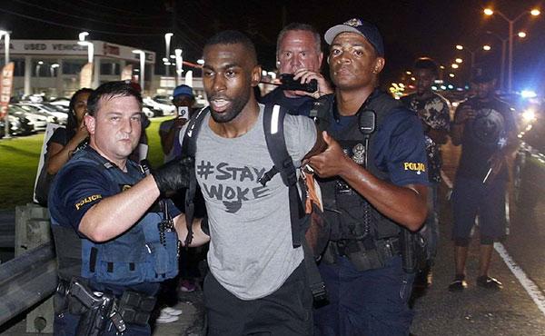 El asesinato de otros dos hombres negros, Philando Castile (32 años,docente, en Minnesota) y Alton Sterling (37 años, vendedor de CDs, Louisiana) por la policía racista norteamericana desencadenó grandes protestas en Estados Unidos, las cuales repercutieron en Europa.