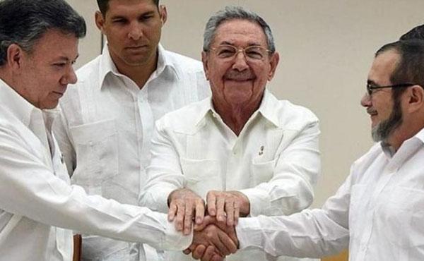 Santos (izquierda), Raul Castro (centro) y Timochenko (FARC, derecha)