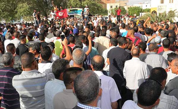 movilización espectacular de hombres y mujeres de Jemna para defender su oasis