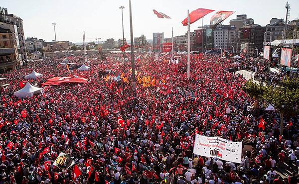 Acto del CHP en plaza de Taksim el 24 del julio.  A la derecha abajo, la bandera del IDP