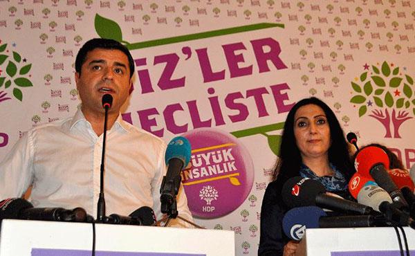 11 diputados y Selahattin Demirtaş y Figen Yüksekdağ, los copresidentes del partido, fueron detenidos y la oficina principal del partido fue allanada por las fuerzas policiales.