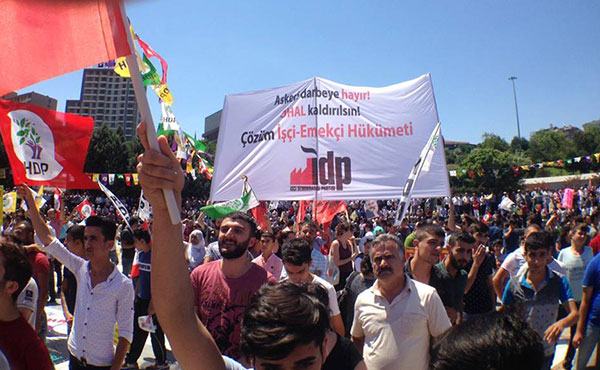 """En la bandera se escribe: """"No al golpe militar! Que se anule el estado de emergencia! La solucion es gobierno de los trabajadores!""""  Barrio obrero de Estambul el 23 del julio de 2016"""