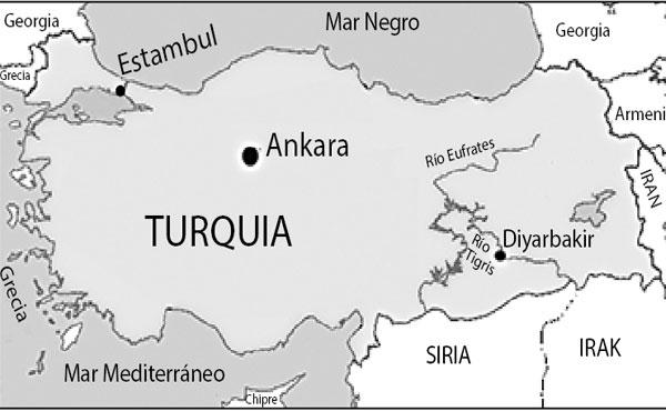 """Turquía tiene algo más de 79 millones de habitantes según el censo de 2015. La capital es Ankara, donde viven 4 millones. En Estambul hay casi 15 millones. La población de origen kurdo es de 15 millones, o sea casi un 20% del total. Diyarbakır, que se considera la """"capital kurda"""", cuenta con una población de más 600 mil habitantes. Está ubicada al sureste del país, a orillas del río Tigris, y es la capital de la provincia del mismo nombre."""