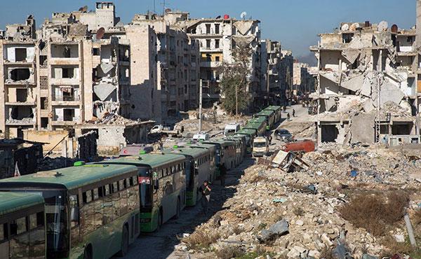Después de meses de asedio y de años de bombardeos indiscriminados que destruyeron hospitales, escuelas y barrios enteros, se agotaban cuatro años de resistencia heroica. 35.000 de sus habitantes, según la ONU, se veían forzados a abandonar sus casas para evitar caer en la brutalidad del régimen.