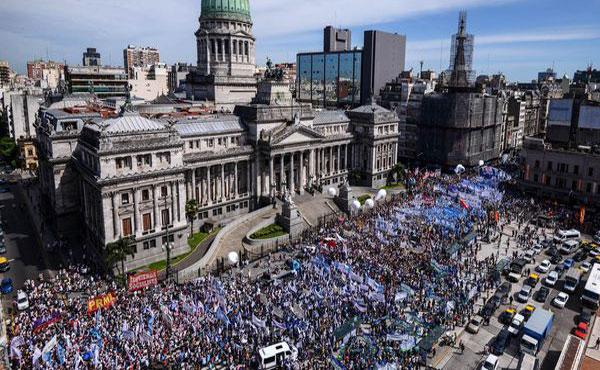 El 6 de marzo, mientras Macri inauguraba el ciclo lectivo en una escuelita de Volcán (Jujuy), cientos de miles de docentes en todo el país paralizaban las escuelas y salían a la calle.
