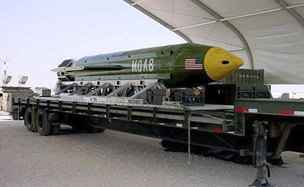 El derechista Donald Trump, presidente de los EE.UU, ordenó un bombardeo, ahora en Afganistán, con la GBU-43, un proyectil de 10 toneladas que mata con una onda de presión aérea, fue ejecutado el jueves en el distrito de Achin, en la provincia oriental de Nangarhar.